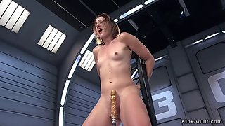 Solo babe fucks machine and squirts