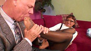 Kinky older guy leiks licking babes foot before banging