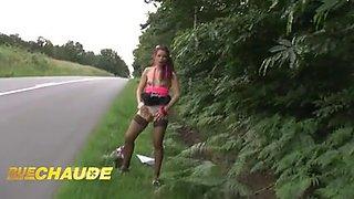Petite brunette francaise donne son cul aux bords de route