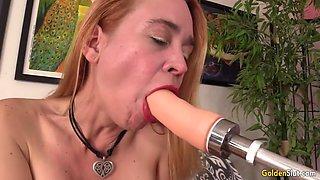 Older slut climaxes using dildo machine