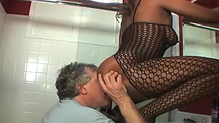 Big booty ebony sits on the white face