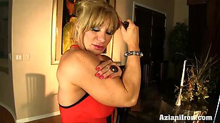 Mature muscle babe loves playing with her big clit