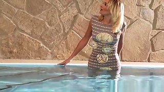 Glamour babe analized during wet foursome session at the pool