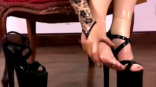Masked babe in stockings spreads legs for solo masturbation