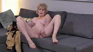 American gilf Sindee Dix strips off and rubs one out