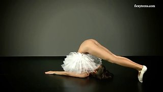 beautiful ballerina petino gore shows the pussy under her ballet skirt