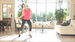 Stunning Carolyn shows her hot body after morning exercises