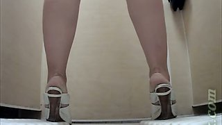 Cute white stranger chick in the toilet room for ladies shows her ass