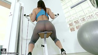 Well stacked babe Alison Tyler looks hot in yoga pants
